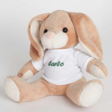Kuscheltier Hase mit bedrucktem Shirt.