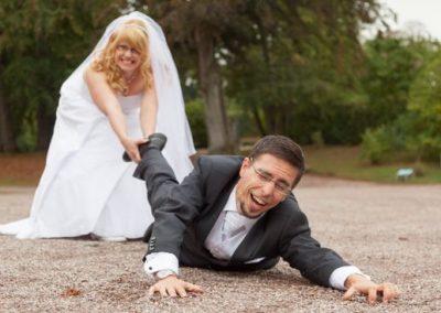 After Wedding Shooting mit Brautpaar im Park. Braut läßt Ihren Ehemann nicht entkommen.