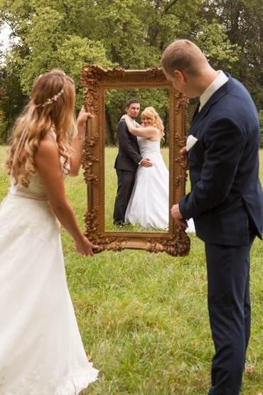After Wedding Shooting mit Brautpaar im Park. Brautpaar in einem antiken Rahmen fotografiert.