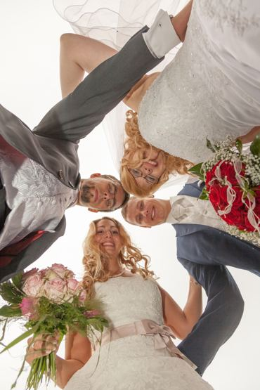 After Wedding Shooting mit Brautpaar im Park. 2 Brautpaare auf einem ungewöhnlichen Bild.