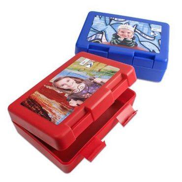 Brotzeitbox in rot und blau mit personlichen Motiven.