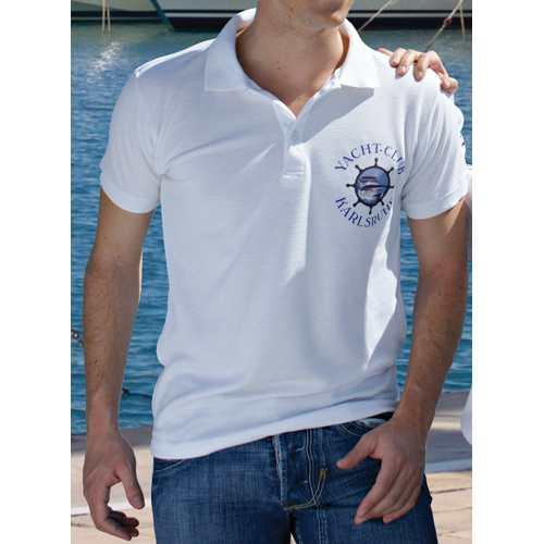 Poloshirt mit einem Brustlogo bedruckt.