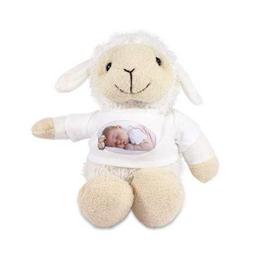 Kuscheltier Schaf mit bedruckten Shirt.