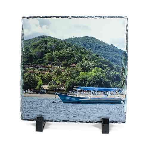 Quadratische Schiefertafel mit einem Foto beduckt und Ständer.