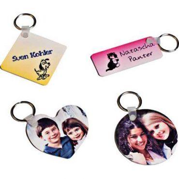 Schlüsselanhänger in verschiedenen Formen die mit eigenen Designs bedruckt sind.