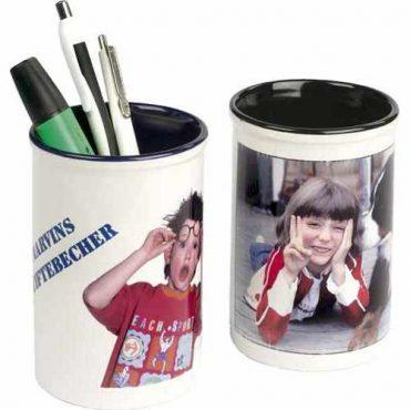 2 Stiftebecher mit Stiften und mit eigenen Fotos beduckt.